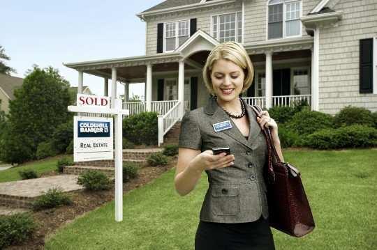 Female-real-estate-Agent