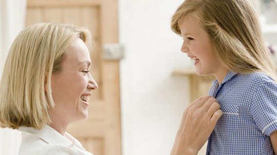 mom-talking-girl-chilg