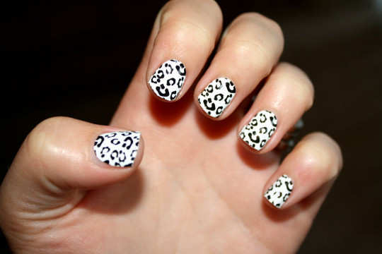 black-an-white-leopard-nail-art