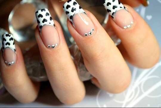 black-and-white-heart-nail-art