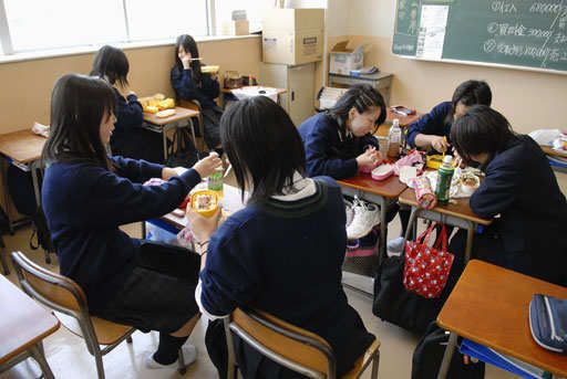 girls-eating-lunch-in-class-room