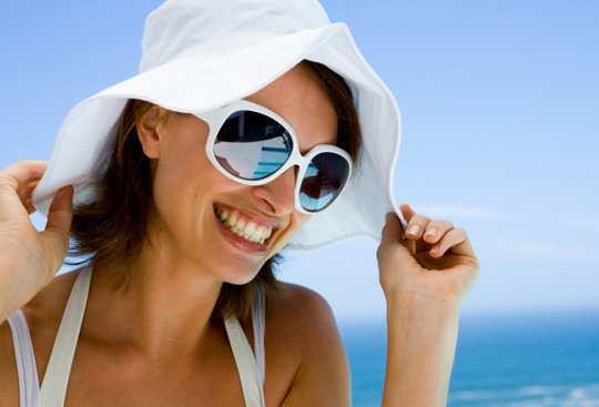 girl-big-hat-sunglasses