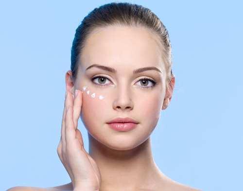 girl-applying-eyes-cream