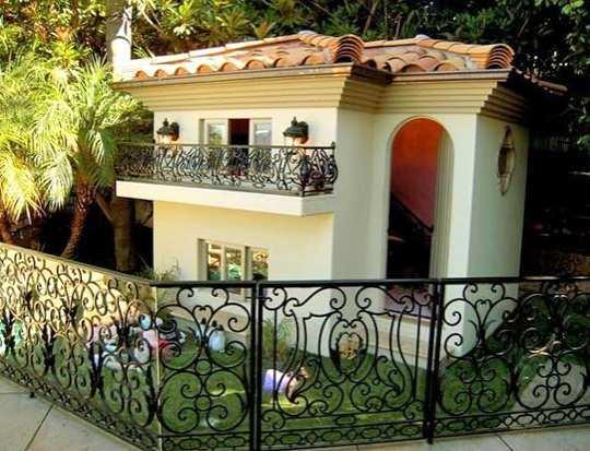 parishilton-dog-house